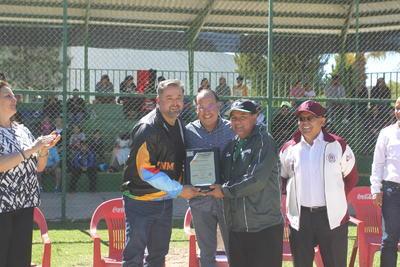 Salvador Contreras fue el pitcher con más triunfos además de ser el lanzador campeón y recibió su respectivo trofeo del torneo de los Lozoya.
