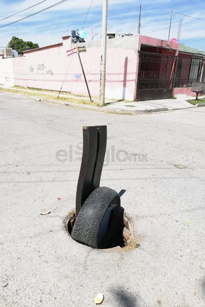Peligro. En Fraccionamiento el Pedregal, en el cruce de las calles Granate y Selenita, hay una alcantarilla sin tapa, debido al riesgo que representa, los vecinos colocaron una llanta para alertar a los conductores.