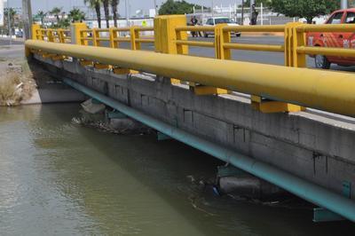 Dada la fuerte corriente que lleva el agua en los canales de riego, arrastra tanto basura como ramas y árboles, por lo que no se debe ingresar a nadar.