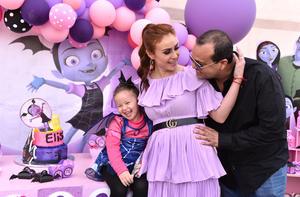 27032019 CUMPLE 4 AñOS.  Elisa con su mamá, Alejandra Urby Castro, y Fermín Cuéllar.
