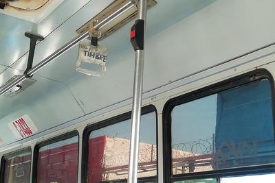 Groserías. Esta unidad San Joaquín C4733 además de  presentar ventanas con rayones cuenta con un tubo donde sostenerse, pero en el mismo se recomienda el uso del timbre por medio de una grosería.