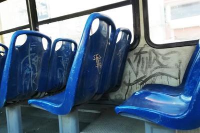 Vandalizados. La unidad Ruta Norte C 7042 luce con grafitis en gran parte de los últimos asientos, así como sus paredes, lo que le da un mal aspecto.
