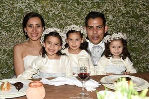 Daniela Barranco y Beto Fuente con Leonor, Camila y Frida
