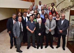 31032019 MERECIDO RECONOCIMIENTO.  Dr. Víctor Campos de la Peña con sus colegas.