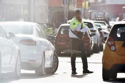 Obstruyendo. Agente vial ubicado en la calle Acuña sobre la avenida Hidalgo, donde a pesar del funcionamiento de los semáforos se plantaba al centro de la vialidad.