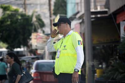 En labor. Oficial de vialidad haciendo sonar su silbato en la calle Blanco y avenida Hidalgo.