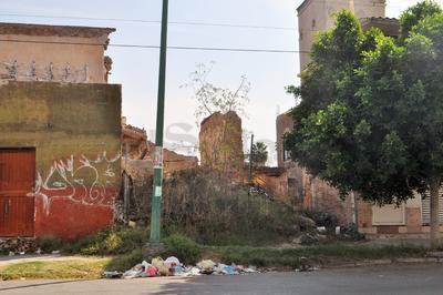 Esta antigua finca en las calles Allende y González Ortega cuenta con una malla pero ya ha cedido por el tiempo y la abundante maleza que se encuentra en el interior.