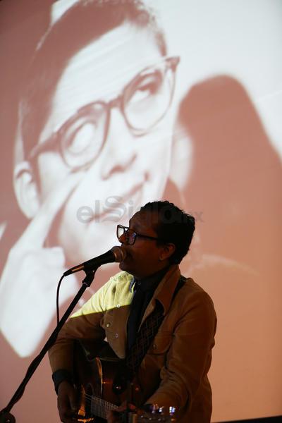 El cantautor duranguense Daniel Azdar Sil, más conocido por su proyecto Lázaro Cristóbal Comala, hizo del FNCM su escenario, respaldado por imágenes capturadas por Francia Correa y Jazmín Ibarra que se proyectaban detrás.
