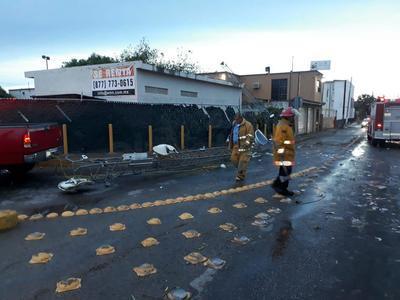 Considerando la gran cantidad de ramas y árboles que fueron derribados por los fuertes vientos, elementos del Ejército Mexicano se sumaron a los trabajos de limpieza.