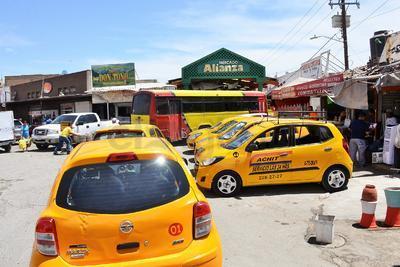 Taxistas invaden las calles colocando sus bases para servicio. Los autos están estacionados a mitad de las carreteras invadiendo prácticamente la mitad del espacio parta la libre circulación.