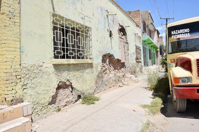 Las calles de los alrededores del Mercado Alianza se encuentran repletas de casas que están a punto de derrumbarse, mismas que no cuentan con ningún aviso de prevención o cuidado.