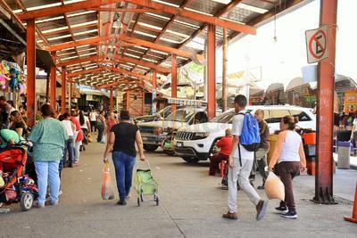 La entrada al Mercado Alianza, la cual se ubica sobre la avenida Presidente Carranza, constantemente es invadida por autos y camiones.