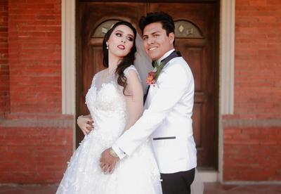 Lic. Alma Rosa Hernández Gutiérrez y Arq. Jesús Roberto Ramírez Valdepeñas unieron sus vidas en matrimonio el pasado 23 de marzo, teniendo como marco perfecto la Parroquia de Los Ángeles.