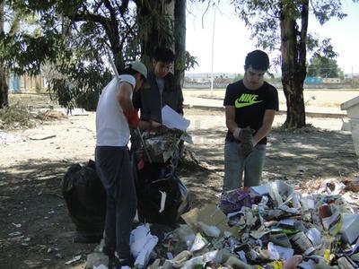 También se separaron tres bolsas de latas y una caja de tapas.