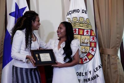 La alcaldesa capitalina Raisa Banfield le entregó la llave a la artista en el marco del Festival Internacional de Cine de Panamá.