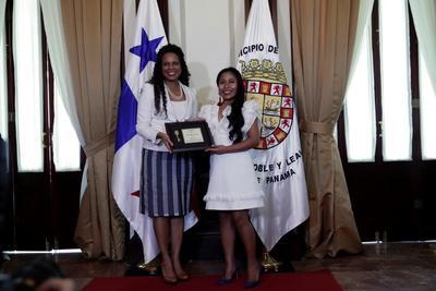 """La actriz mexicana Yalitza Aparicio, estrella de la película ganadora del Oscar """"Roma"""", fue homenajeada el lunes fuera de su país al recibir la llave de la Ciudad de Panamá, una distinción que celebra la sencillez de esta mujer de origen indígena."""