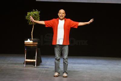 Con una escenografía sencilla, Odín mantuvo la línea narrativa solo con su interpretación, durante dos horas de función.