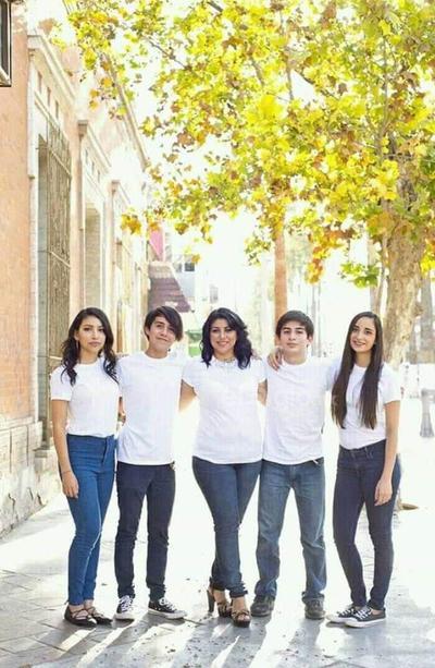 Elisa Arredondo acompañada de sus hijos: Elisa, Francisco, Alberto y Gaby.