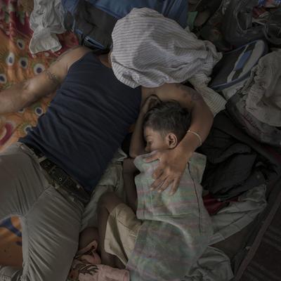 Un padre y su hijo durmiendo después de un largo d?a de caminar, en Juchitán, por Pieter Ten Hoopen