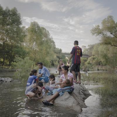 Familias bañándose, lavando ropa y relajándose junto al Río Novillero, en un día de descanso de la caravana migrante cerca de Tapanatepec, por Pieter Ten Hoopen