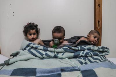 Fotografía publicada como parte de la historia 'Syria, No Exit' que muestra a niños que reciben tratamiento tras ser afectados por un ataque con gas a la villa de al-Shifunieh el 25 de febrero de 2018, en la localidad de Guta (Siria).