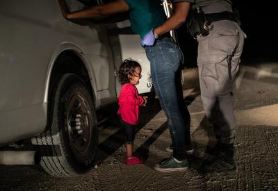 La niña migrante que lloraba en la frontera entre México y Estados Unidos, una captura de la caravana que buscó romper muros contra las políticas de 'tolerancia cero' del presidente Donald Trump, tomada por el estadounidense John Moore, ganó este jueves el World Press Photo a la fotografía del año.