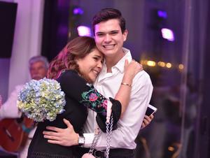 La festejada con su hijo, Juan Diego