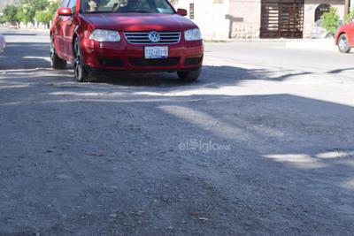 Evitan daño a sus vehículos. Para evitar un daño a sus vehículos, los automovilistas tienen que sortear los baches, que hay prácticamente en toda la calle, incluso dicen que ya se acostumbraron a las malas condiciones en las que está el pavimento, ya hasta saben en qué tramos están los baches.