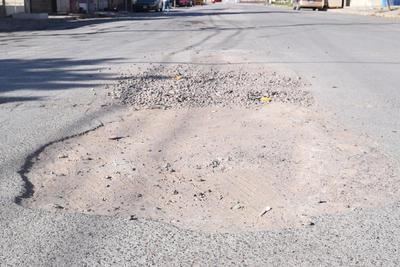 Problema. Por corregir las deficiencias del drenaje que provoca encharcamientos de agua por las lluvias o por aguas residuales, se deterioró el pavimento. Taparon la zanja y solo 'parcharon' la carretera.