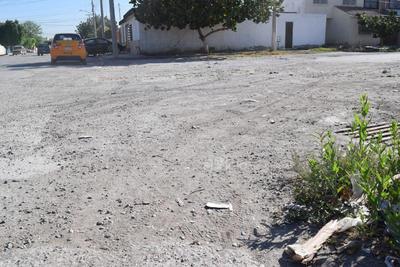 Desaparece. En la calle que divide ambas colonias, el pavimento prácticamente se 'esfumó'.