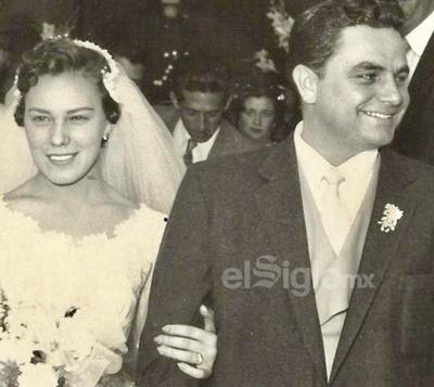 María Ángeles Izaguirre Martínez y Enrique Torres Michel celebrando su boda el 7 de abril de 1956.