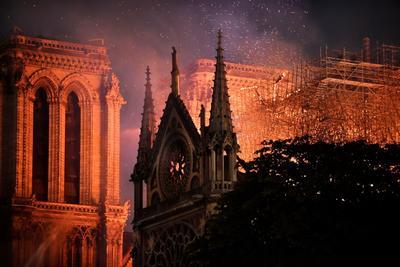 Se incendia catedral de Notre Dame de París