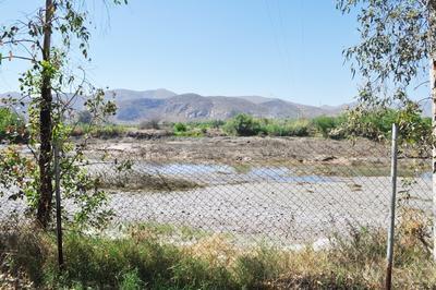 Sin acceso. Aunque no está permitido el ingreso a nadar al río Nazas e incluso hay una malla ciclónica delimitando el área, es común que los vigilantes deban amonestar a los visitantes por tratar de cruzar.