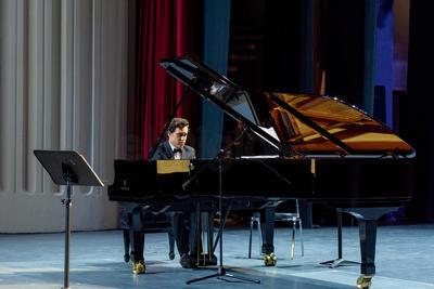Melissa cedió por unos minutos el espacio a Zacarías, quien hizo sonar 'Serenata Mariana' y 'Plenilunio' de Manuel M. Ponce, así como 'Danzas Argentinas' de Alberto Ginestera.