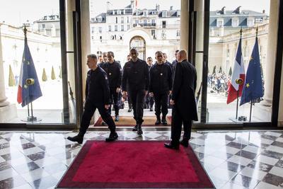 Rinden homenaje a bomberos que apagaron incendio de Notre Dame