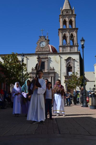 Cerca de mediodía concluyó con un rezo y con la visita de los presentes al interior de Analco.