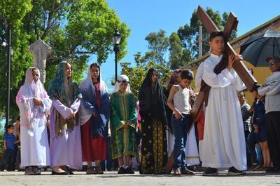 Siguiendo las tradiciones católicas, decenas de familias duranguenses se reunieron el Viernes Santo a lo largo del espacio peatonal para ser partícipes de esta conmemoración