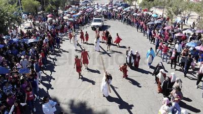 Feligreses corearon himnos para celebrar uno de los días más solemnes y sagrados del cristianismo.