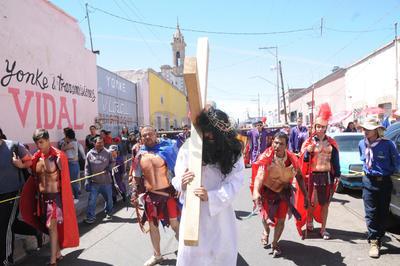 Cientos de fieles presenciaron la representación del juicio contra Jesucristo.