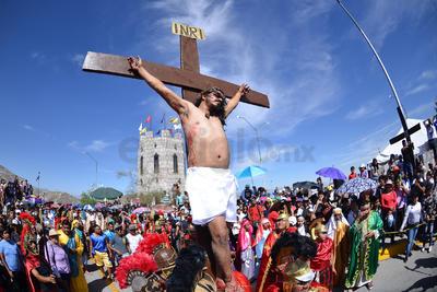 Alrededor de las 11:35 de la mañana los soldados romanos dieron muerte a Cristo con una lanza, la cruz se levantó ante la mirada de los asistentes para escenificar los últimos momentos del mesías.