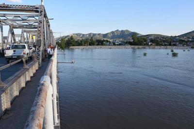 Testigo de las avenidas del Nazas. Durante 87 años, el puente plateado ha sido punto de reunión para las familias que desean observar el tránsito del río Nazas durante las avenidas que se han registrado, como un inusual bello paisaje que forma parte de la historia de los laguneros.