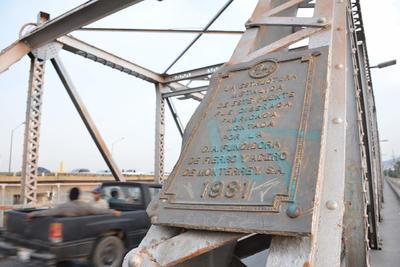 Con historia. Para la construcción del puente plateado se utilizaron 360 toneladas de fierro estructural; la obra tuvo un costo total de 234 mil pesos. En la imagen, una de las dos placas que fue colocada en 1931.