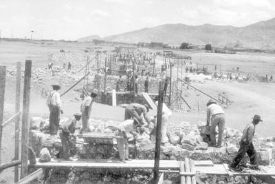 Construcción. En abril de 1931 comenzaron la excavaciones en el río Nazas y en octubre del mismo año ya se tenía lista la estructura. En la imagen se observa, al fondo, la ciudad de Torreón.
