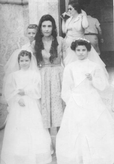 Sra. Amparo de Mora (f) con sus hijas: Amparo (f) y Cecilia