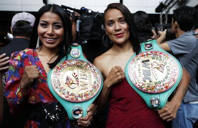Las boxeadoras Jessica Chávez y Lupita Martínez, posan para las cámaras en la Presentación del cinturón Maya.