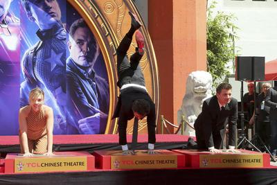 Elenco de Avengers deja sus huellas en el Teatro Chino de Hollywood