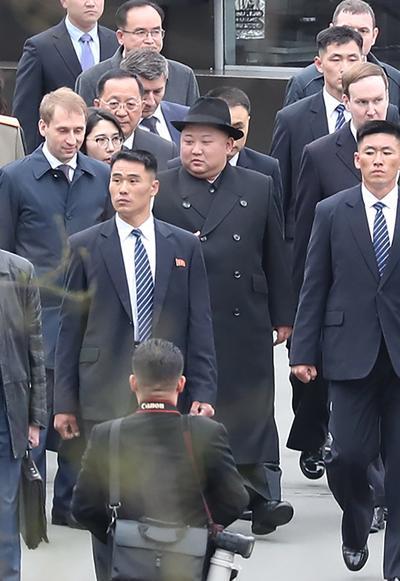 Al salir de la estación, una orquesta militar tocó el himno norcoreano y el ruso, y, antes de subirse a una limusina, Kim y las autoridades rusas pasaron revista a la guardia de honor.