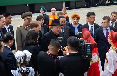 El líder norcoreano llegó a Vladivostok procedente de Jasán, donde hizo una parada sobre las 10:30 hora local (00:30 GMT) tras cruzar la frontera ruso-norcoreana.