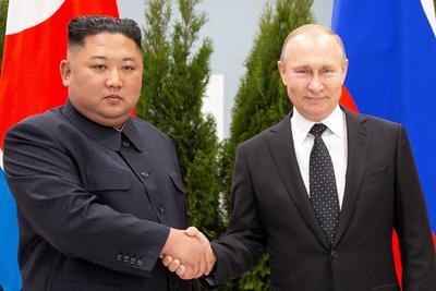 Ambos subieron charlando animadamente en unas escaleras mecánicas a la sala donde se reunieron y allí recordaron los lazos de amistad entre ambos países.