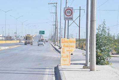 En la carretera a Mieleras de la calzada Gómez Morín a bulevar Ferropuertos puede encontrarse una de las pocas ciclovías de la ciudad, pero sin el mantenimiento necesario para su uso.